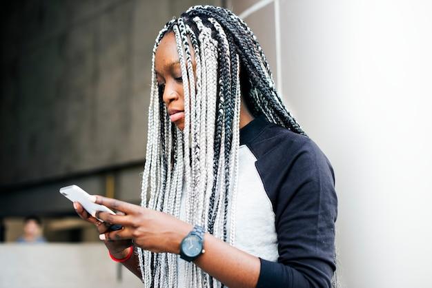 Femme africaine en utilisant un smartphone