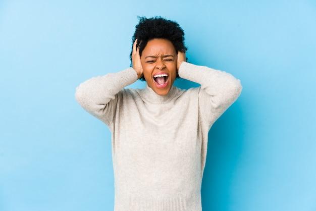 Femme afro-américaine d'âge moyen contre le bleu