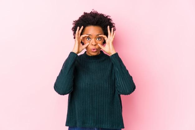 Femme afro-américaine d'âge moyen contre rose