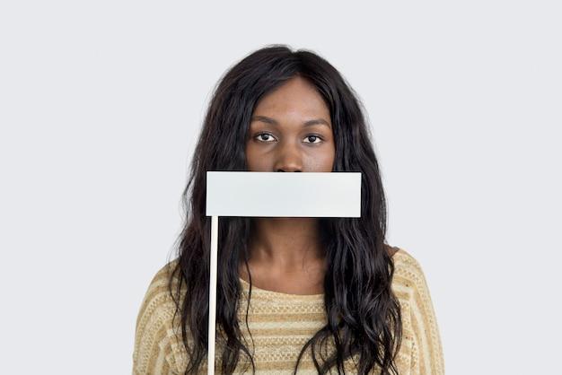 Femme afro-américaine couvrant sa bouche