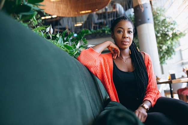 Femme afro-américaine dans un café