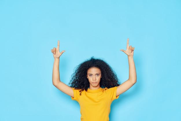 Femme afro-américaine dans un t-shirt, posant