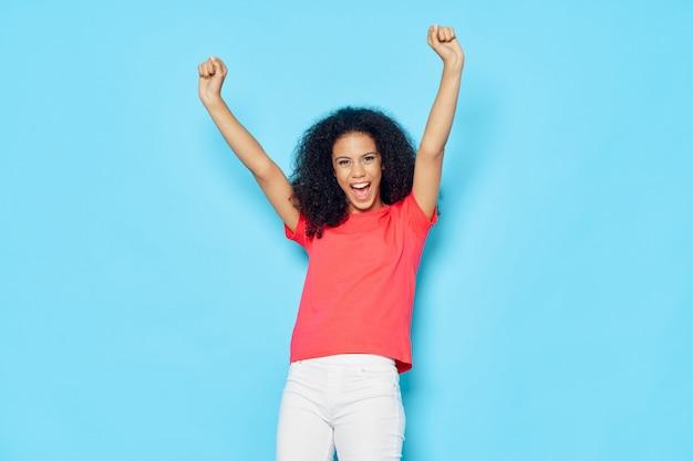Femme afro-américaine dans un t-shirt posant