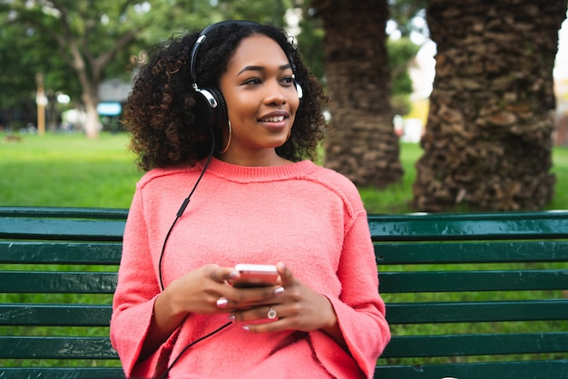 Femme afro-américaine, écouter musique, à, téléphone