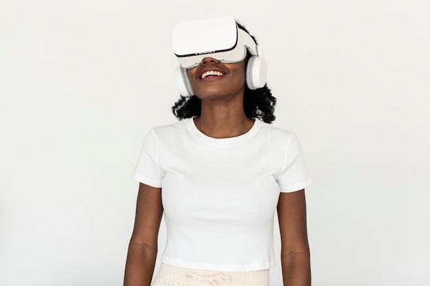 Femme afro-américaine expérimentant la simulation vr