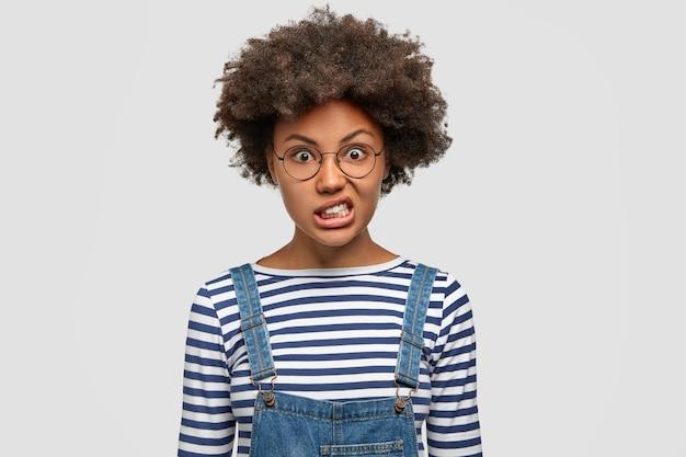 Femme afro-américaine irritée avec une peau sombre et saine