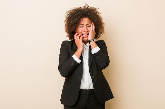 Femme afro-américaine de jeunes entrepreneurs gémissant et pleurant inconsciemment.