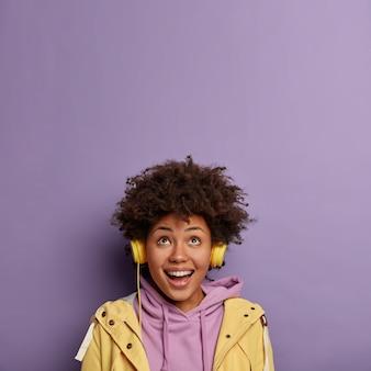Une femme afro-américaine optimiste a reçu de nouveaux écouteurs d'un ami