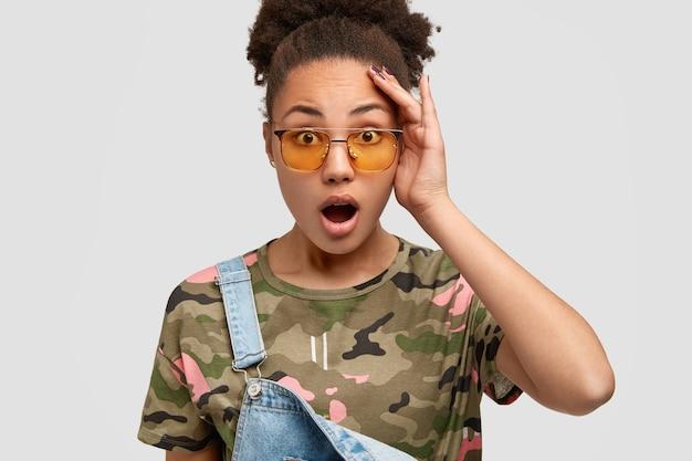 Femme afro-américaine ouvre la bouche de stupéfaction