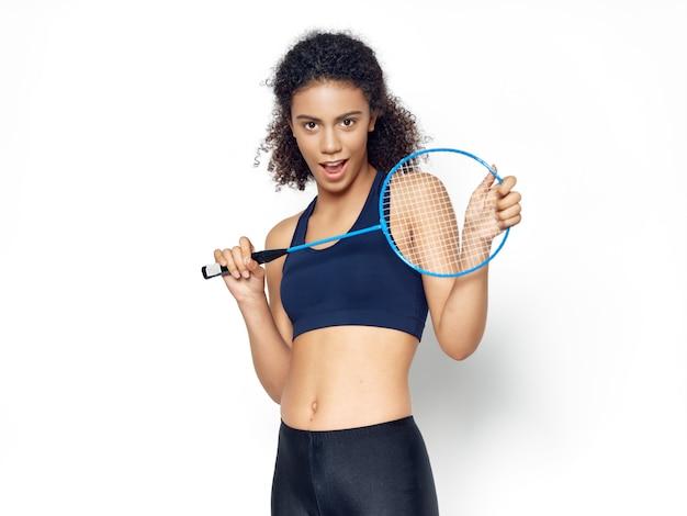 Femme afro-américaine, poser, à, raquette badminton