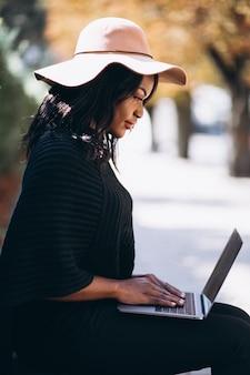 Femme afro-américaine tapant sur un ordinateur