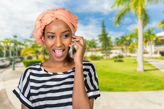 Femme afro-américaine avec un téléphone portable