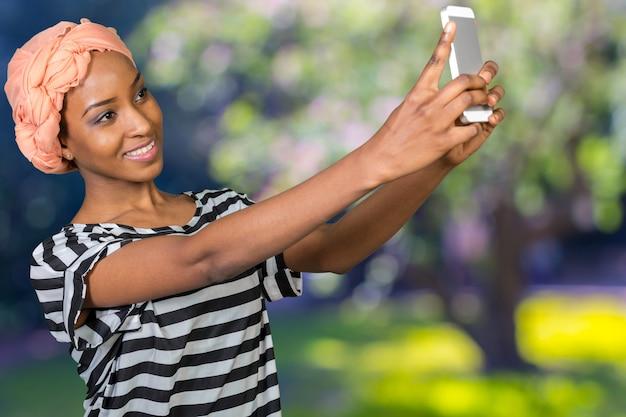 Femme afro-américaine et téléphone portable