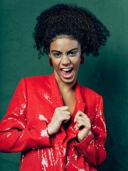 Femme afro-américaine en vêtements de mode festive brillante