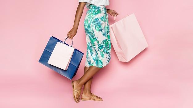 Femme afro-américaine sur une virée shopping d'été
