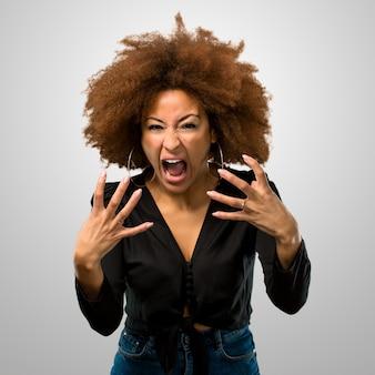 Femme afro en colère criant