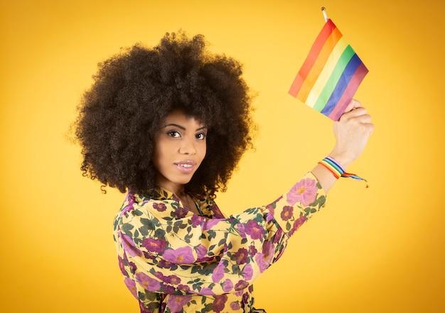 Femme afro avec drapeau de la fierté gay