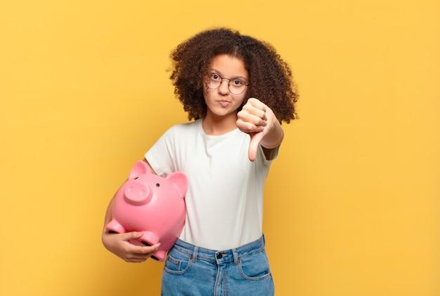 Femme afro se sentant heureuse, excitée et positive, donnant un grand cri avec les mains à côté de la bouche, appelant. concept d'épargne