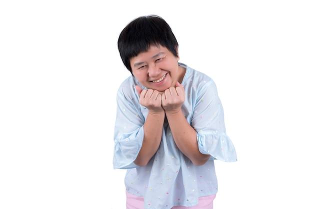Femme d'âge moyen asiatique exprimant le bonheur isolé sur fond blanc