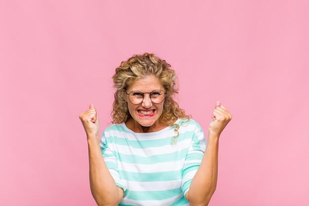 Femme d'âge moyen aux longs cheveux bouclés isolés