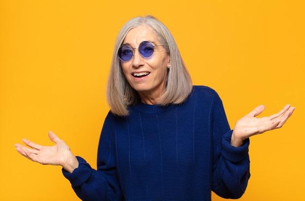 Femme d'âge moyen ayant l'air heureuse, arrogante, fière et satisfaite, se sentant numéro un