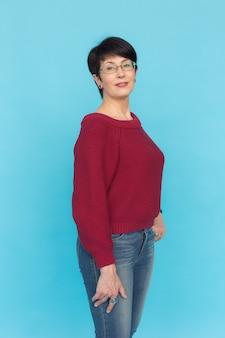 Femme d'âge moyen avec coupe de cheveux de lutin