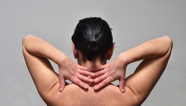 Femme d'âge moyen avec douleur à l'épaule