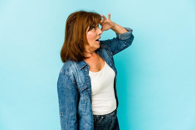 Femme d'âge moyen, exprimant des émotions isolées