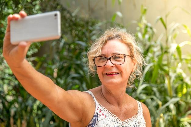 Femme d'âge moyen prenant soi-même