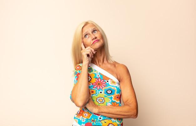 Femme d'âge moyen avec un regard concentré