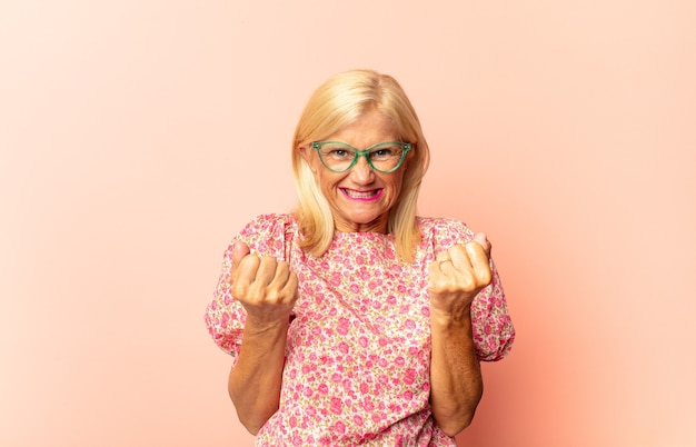 Femme d'âge moyen avec un regard sérieux et concentré