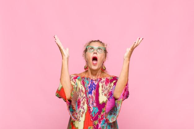 Femme d'âge moyen se sentant heureuse, étonnée