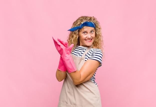 Femme d'âge moyen se sentant heureuse et réussie, souriant et applaudissant, disant félicitations avec applaudissements