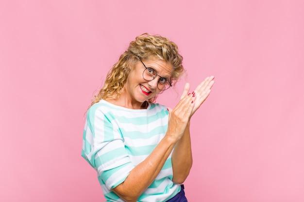 Femme d'âge moyen se sentant heureuse et réussie