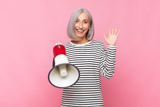 Femme d'âge moyen se sentant heureuse, surprise et joyeuse