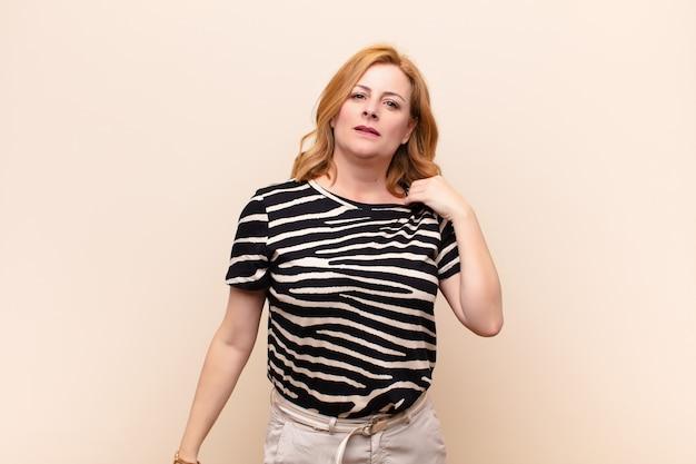 Femme d'âge moyen se sentant stressée, anxieuse, fatiguée et frustrée, tirant le cou de chemise, à la frustration de problème