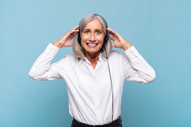 Femme d'âge moyen se sentant stressée, inquiète, anxieuse ou effrayée, les mains sur la tête, paniquant à l'erreur