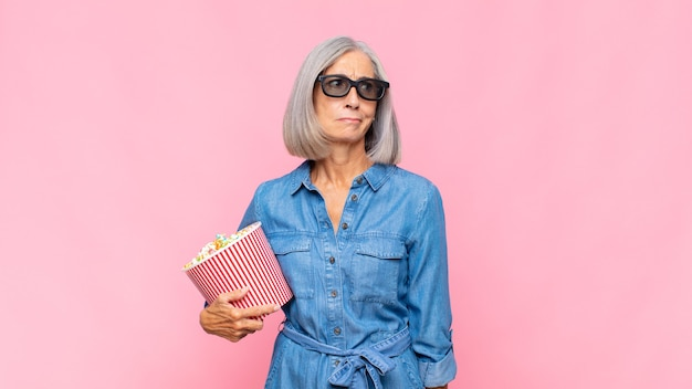 Femme d'âge moyen se sentant triste, bouleversée ou en colère et regardant sur le côté avec une attitude négative