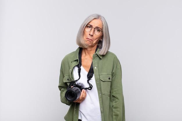 Femme d'âge moyen se sentant triste et pleurnichard avec un regard malheureux isolé