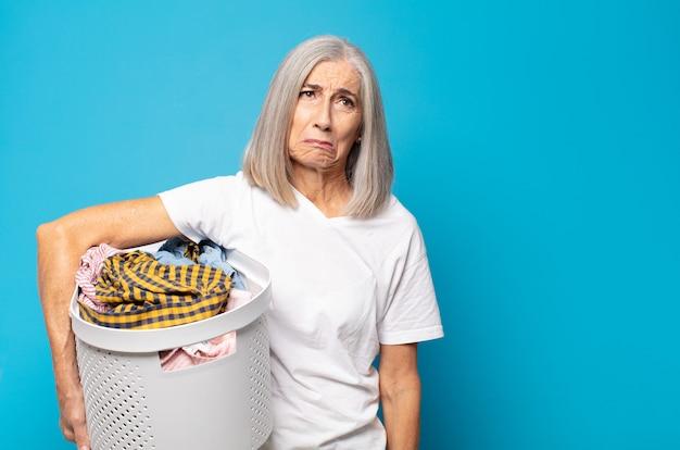 Femme d'âge moyen se sentant triste et pleurnichard avec un regard malheureux, pleurant avec une attitude négative et frustrée