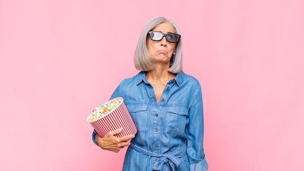 Femme d'âge moyen se sentant triste et pleurnichard avec un regard malheureux