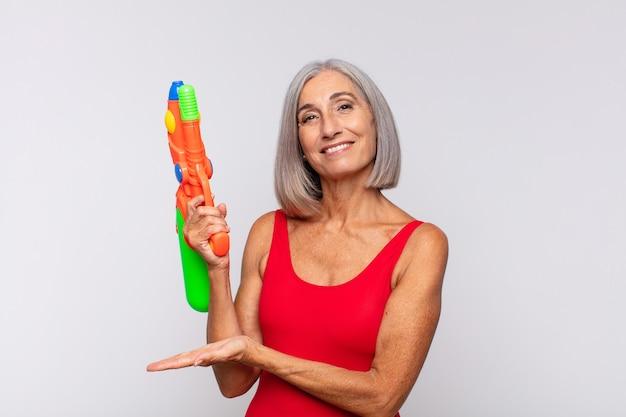 Femme d'âge moyen souriant joyeusement, se sentant heureux isolé