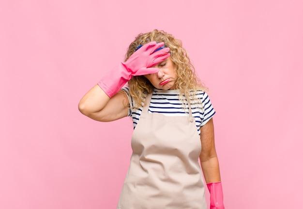 Femme d'âge moyen à stressé, fatigué et frustré, séchant la sueur sur le front
