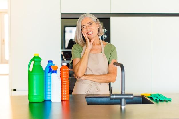 Femme d'âge moyen tenant la joue et souffrant de maux de dents douloureux, se sentir malade, misérable et malheureux, à la recherche d'un dentiste