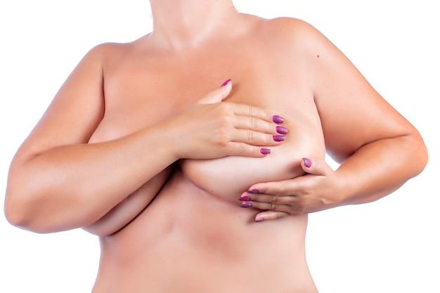 Femme d'âge moyen vérifiant les seins (auto-examen) pour des anomalies, des nœuds ou des bosses étranges pour le cancer du sein