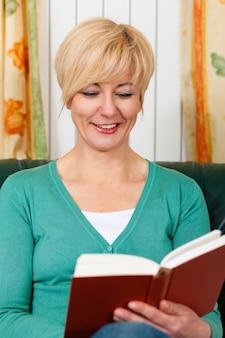 Femme d'âge mûr lit un livre