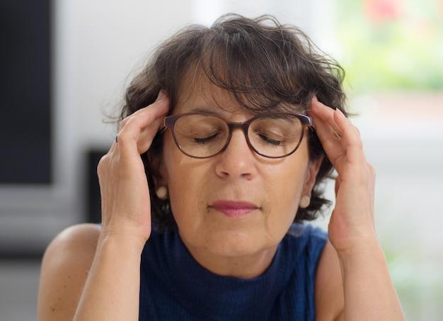 Femme d'âge mûr avec un mal de tête