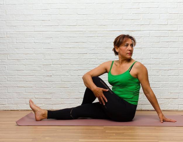 Femme d'âge mûr pratiquant le yoga