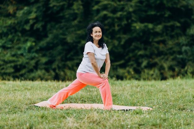 Femme d'âge mûr prenant l'exercice en plein air. sport
