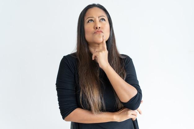 Femme d'âge mûr réfléchie touchant le menton